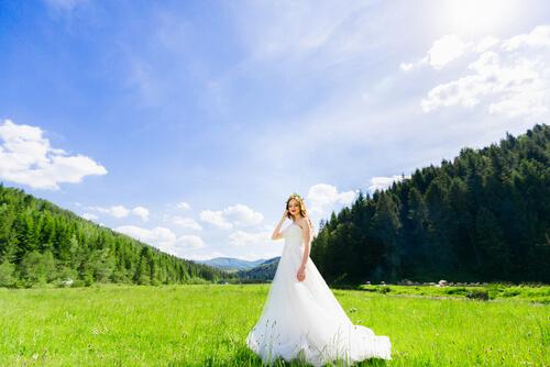 הקשר בין איפור לחתונה לשמלת כלה